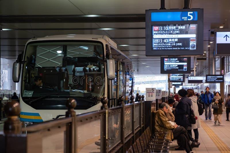 OSAKA JAPONIA, FEB, - 01, 2018: Autobusowy czekanie odjazd w Osaka staci i ludziach czekać obraz royalty free