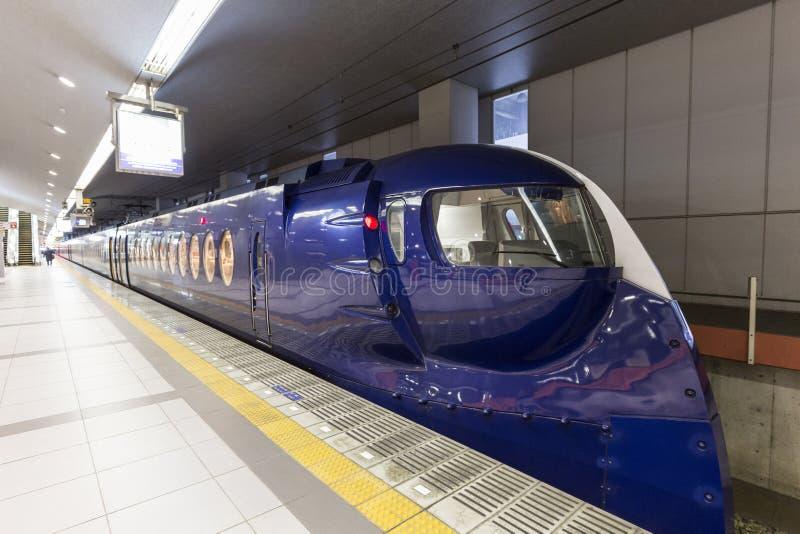 OSAKA, JAPONIA, FEB 09: Nankai pociąg odjeżdża od Osaka staci na (0) obrazy stock