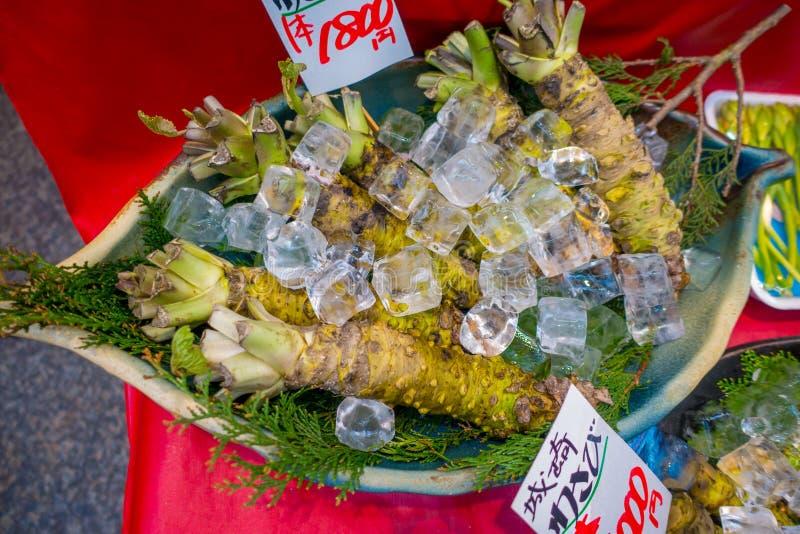OSAKA JAPONIA, LIPIEC, - 18, 2017: Świeży wasabi korzeń sprzedaje wzdłuż ulicy przy Kuromon Ichiba rynkiem, Nipponbashi, Osaka obrazy royalty free