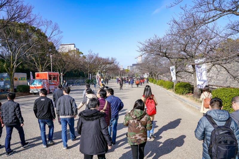 Osaka, Japonia - 4 Mar 2018: Japończyk, turyści, podróżnicy chodził wokoło Osaka kasztelu parka w Mar 2018 z suchym drzewem wokoł obraz stock