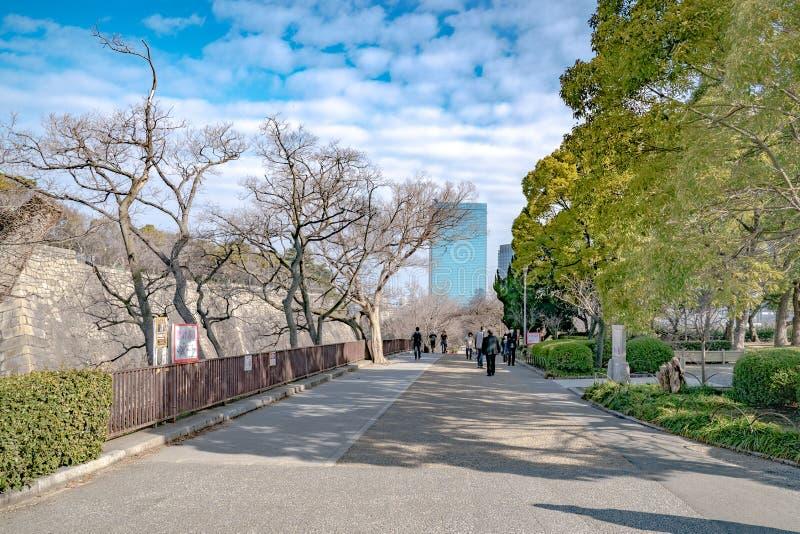 Osaka, Japonia - 4 Mar 2018: Japończyk, turyści, podróżnicy chodził wokoło Osaka kasztelu parka w Mar 2018 z suchym drzewem wokoł obrazy royalty free