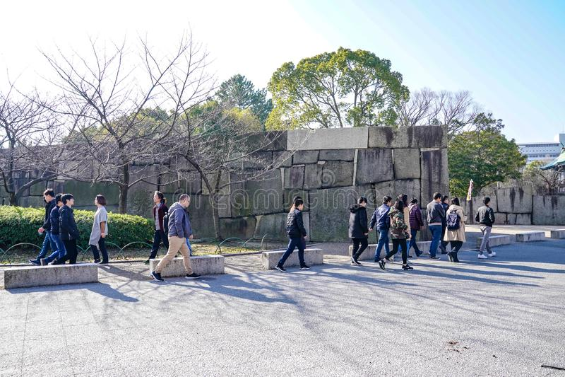 Osaka, Japonia - 4 Mar 2018: Japończyk, turyści, podróżnicy chodził wokoło Osaka kasztelu parka w Mar 2018 z suchym drzewem wokoł obrazy stock