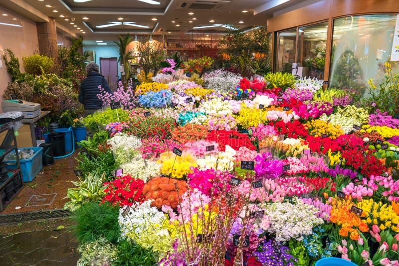 Osaka, Japonia - 3 Mar 2018; Mnóstwo kwiaty układali i sprzedawali w kwiatu sklepie przy Kuromon Ichiba Targowym rybim rynkiem, O fotografia stock