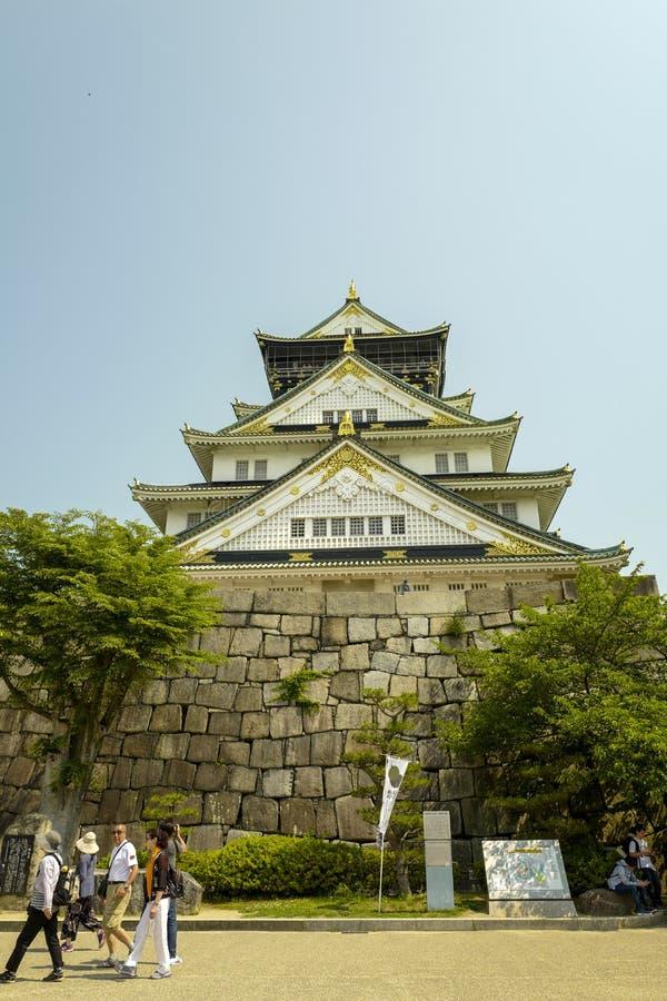 Osaka kasztel ?rodkowy wierza Kasztel jest jeden Japonia ` s najwi?cej s?awnych punkt?w zwrotnych Przegl?da? od Nishinomaru ogr?d zdjęcia stock
