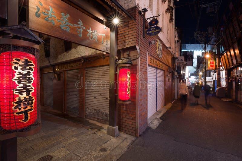 Osaka - 24 novembre 2018 : Lanternes rouges dans Hozenji Yokocho, une vieille rue étroite et pierre-pavée à côté de région de Dot images libres de droits
