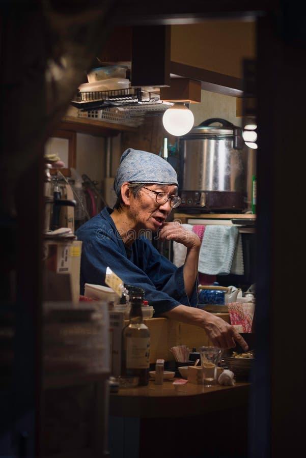 Osaka - 2 novembre 2018 : Personnel dans un petit restaurant d'Izakaya un bar japonais traditionnel pour l'après-travail buvant à images stock