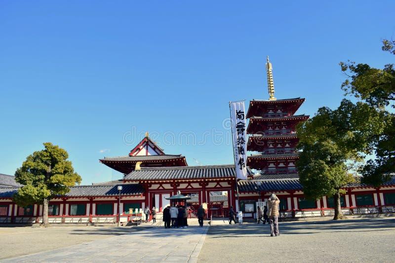 Osaka Shitennoji świątynia w słonecznym dniu z zielonymi drzewami obraz royalty free