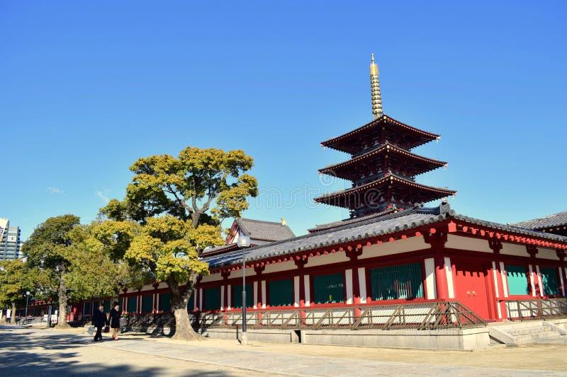 Osaka Shitennoji świątynia w słonecznym dniu z zielonymi drzewami obrazy royalty free