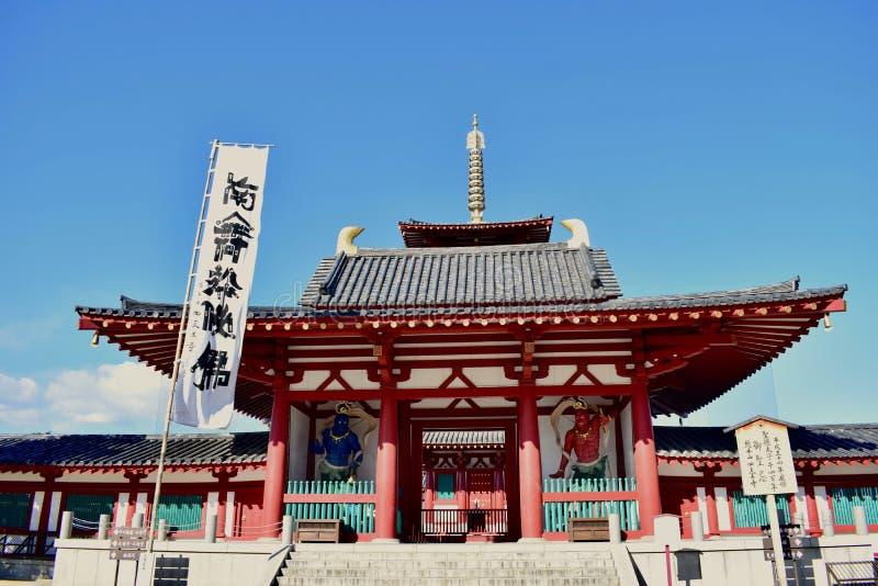 Osaka Shitennoji świątynny drzwi w słonecznym dniu obrazy royalty free