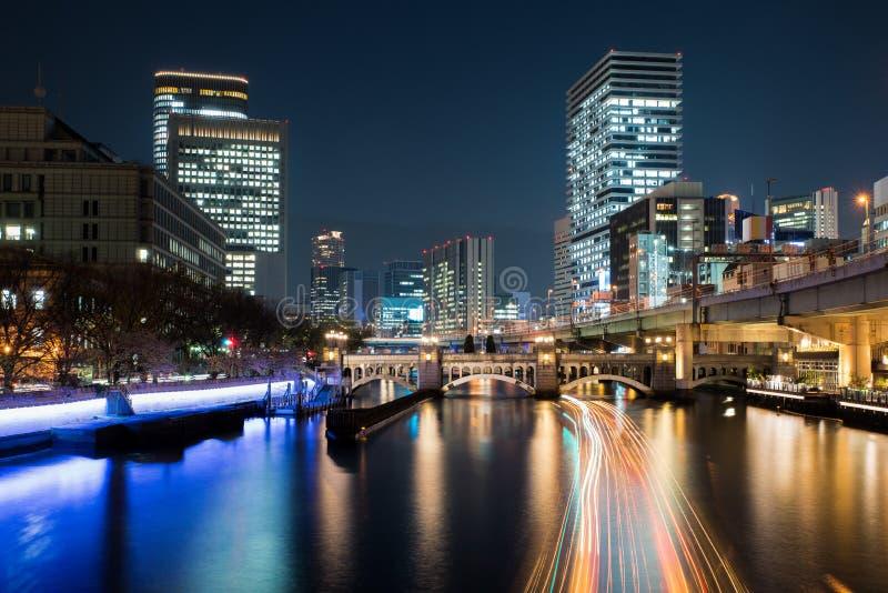 Osaka skyskrapabyggnad i det Nakanoshima området på natten i Osaka, Japan arkivfoto