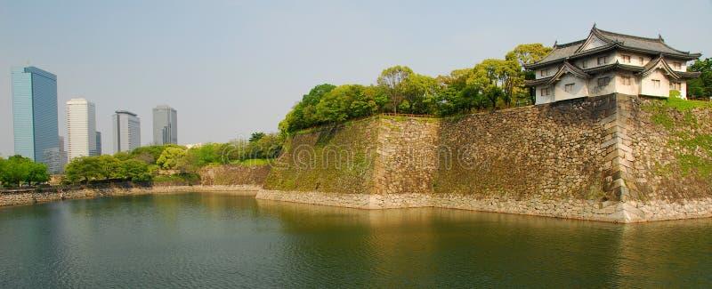 Osaka slottvallgrav och skyskrapor arkivbild