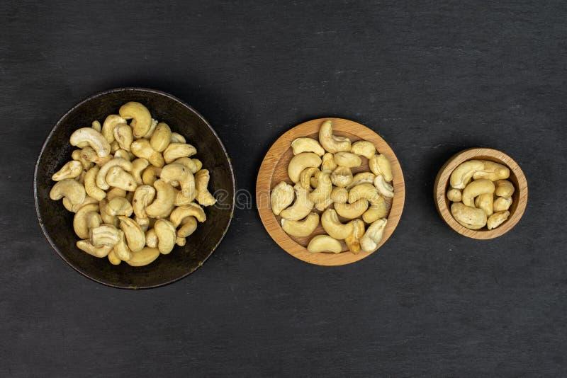 Osaltad cashew på grå sten royaltyfri fotografi