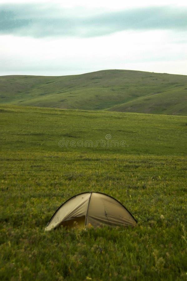 Osamotneni campingowi namioty w mongolianr obrazy stock