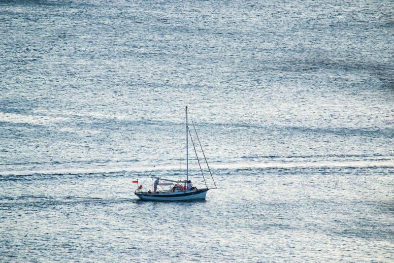 Osamotniona żaglówka w otwartym morzu fotografia stock