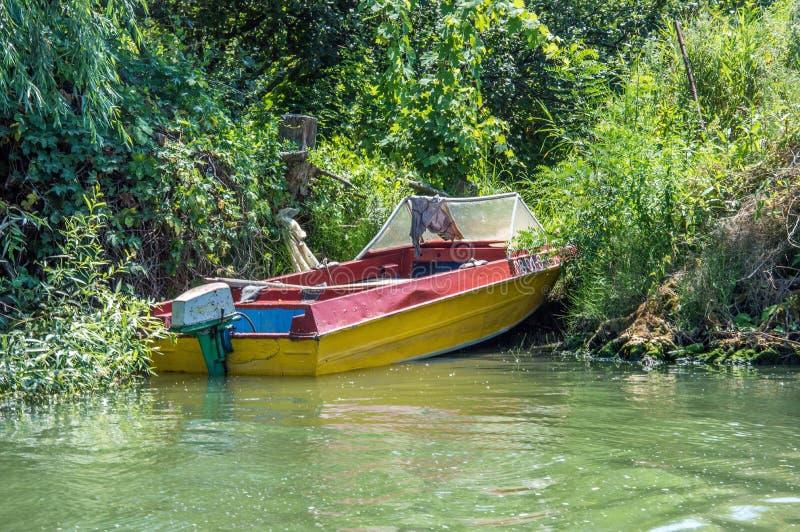 Osamotniona łódź brzeg obrazy royalty free
