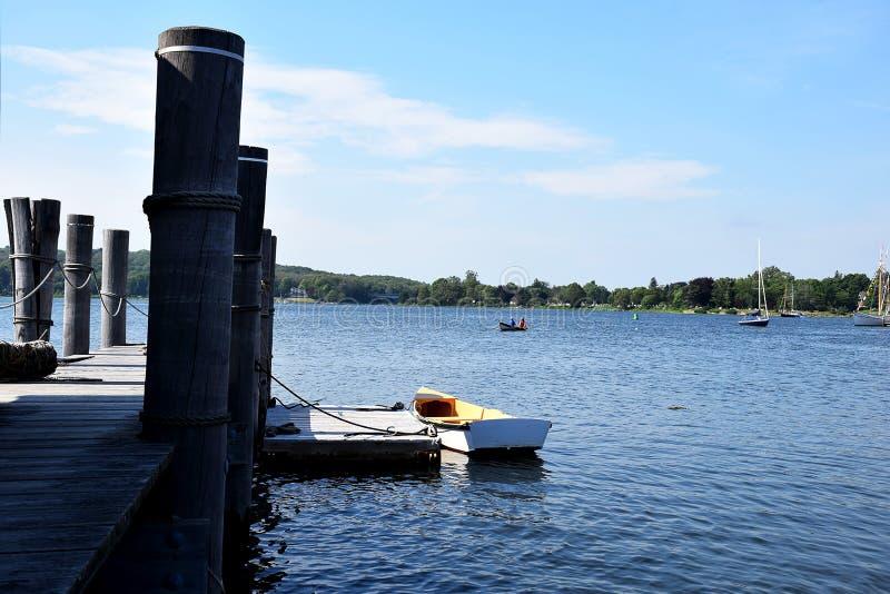 Osamotniona łódź na molu obraz royalty free