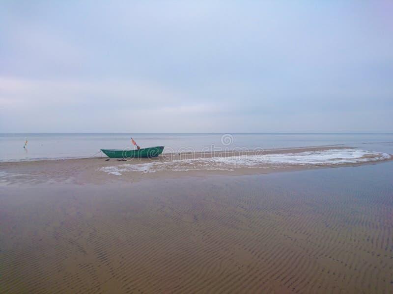 Osamotniona łódź na morzu bałtyckim zdjęcia royalty free