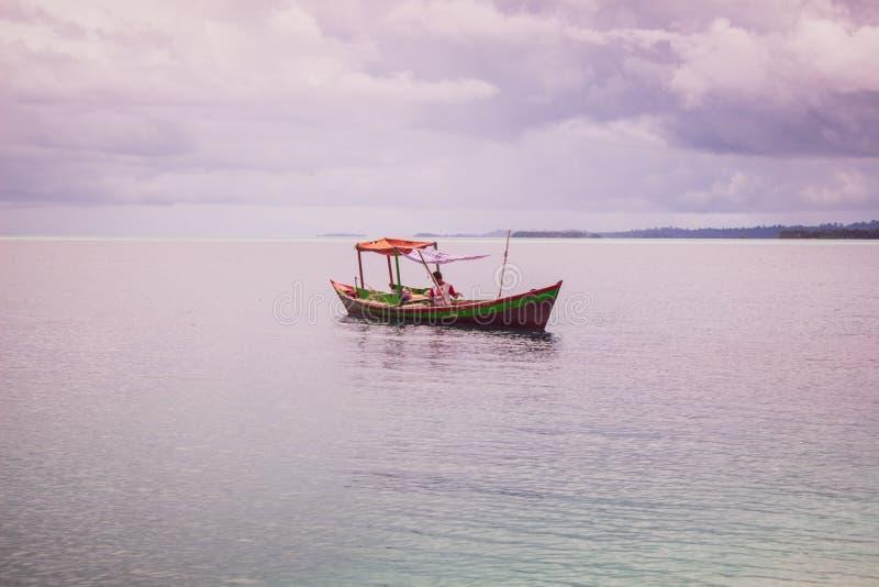 Osamotniona łódź w Błękitnym morzu fotografia stock