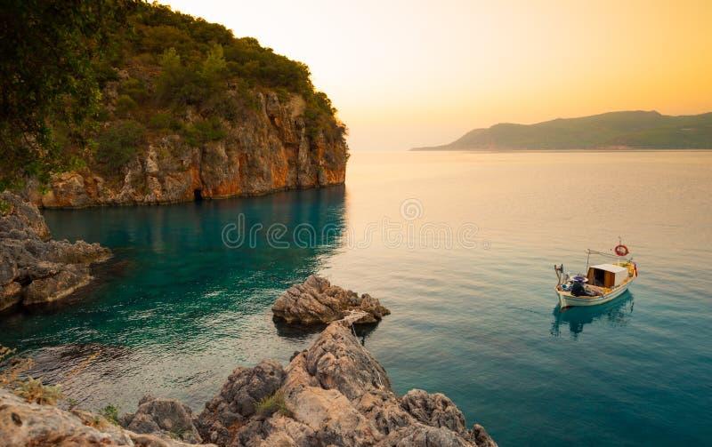 Osamotniona łódź w spokojnej zatoce zdjęcia royalty free