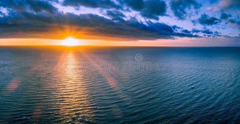 Osamotniona łódź w wast oceanie przy zmierzchem obraz royalty free