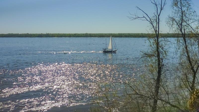 Osamotniona żaglówka na Parana rzece w Rosario Argentyna zdjęcie royalty free