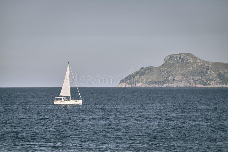 Osamotniona żaglówka przy morzem zdjęcia stock