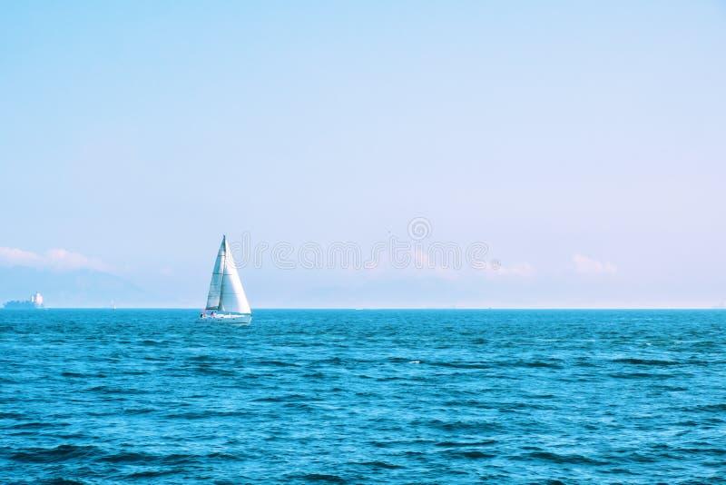 Osamotniona żeglowanie łódź z bielem żegluje w otwartym morzu Piękny romantyczny krajobraz, seascape Luksusów sporty i rekreacyjn zdjęcie royalty free