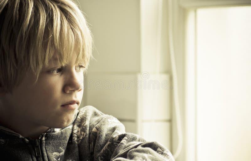 Osamotniona chłopiec zdjęcie royalty free