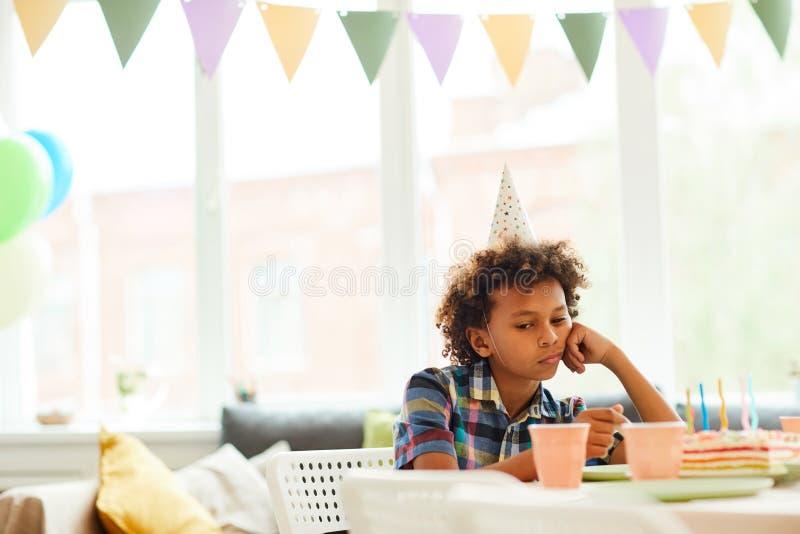 Osamotniona chłopiec przy przyjęciem urodzinowym obraz royalty free