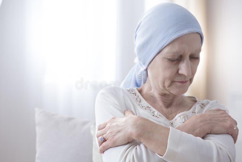Osamotniona chora kobieta z nowotworem obrazy stock