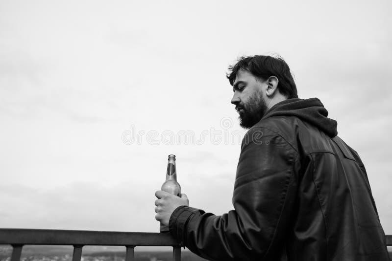 Osamotniona dorosła brodata mężczyzna alkoholiczka zdjęcie royalty free