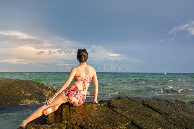 Osamotniona dziewczyna patrzeje horyzont zdjęcie royalty free