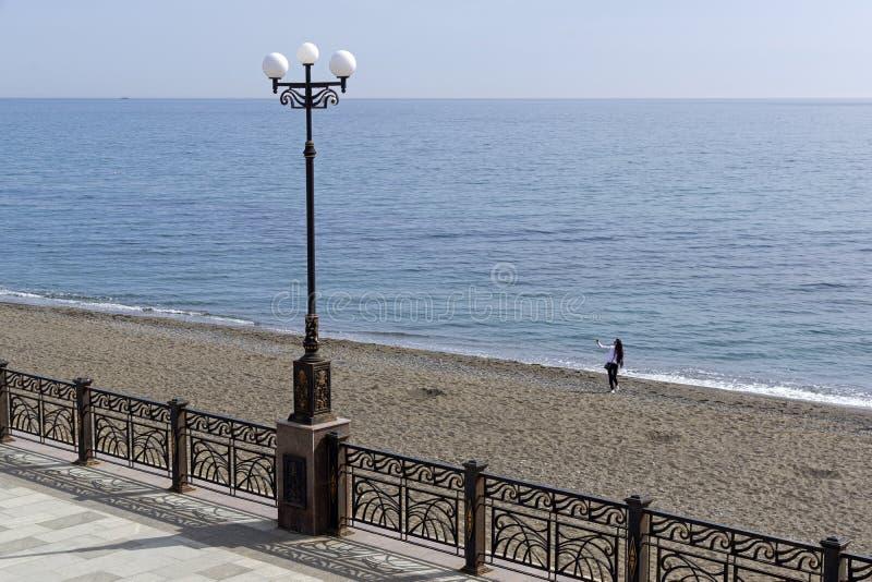 Osamotniona dziewczyna robi selfie na pustej plaży zdjęcie stock