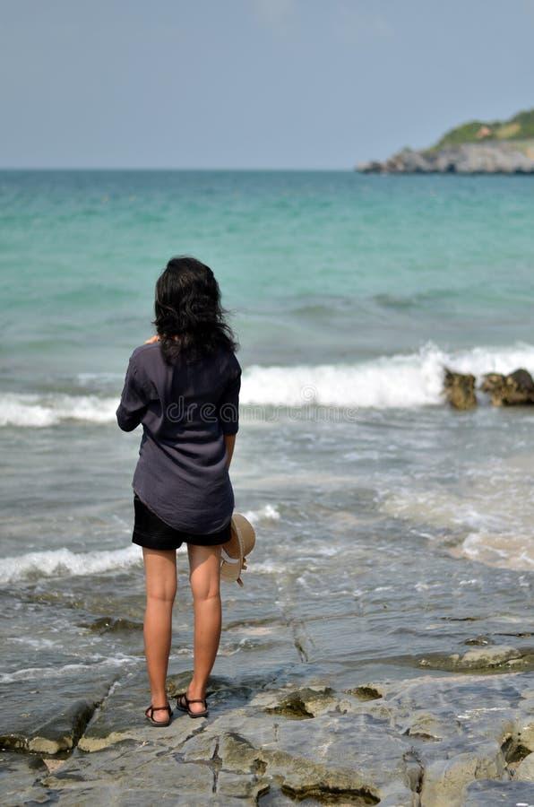 Osamotniona kobieta na plaży obrazy stock