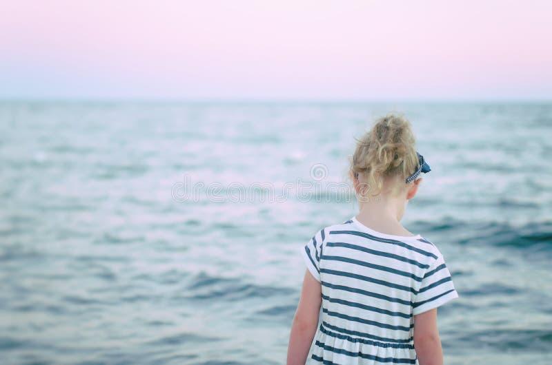 Osamotniona mała dziewczynka. obraz royalty free