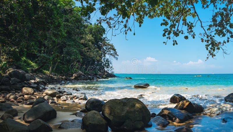 Osamotniona mała skalista plaża w Tajlandia zdjęcie royalty free
