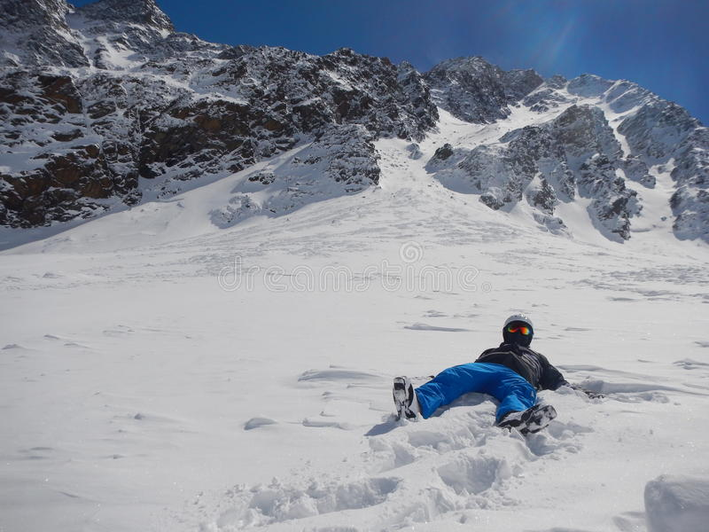 Osamotniona narciarka kłama w śniegu zdjęcia royalty free