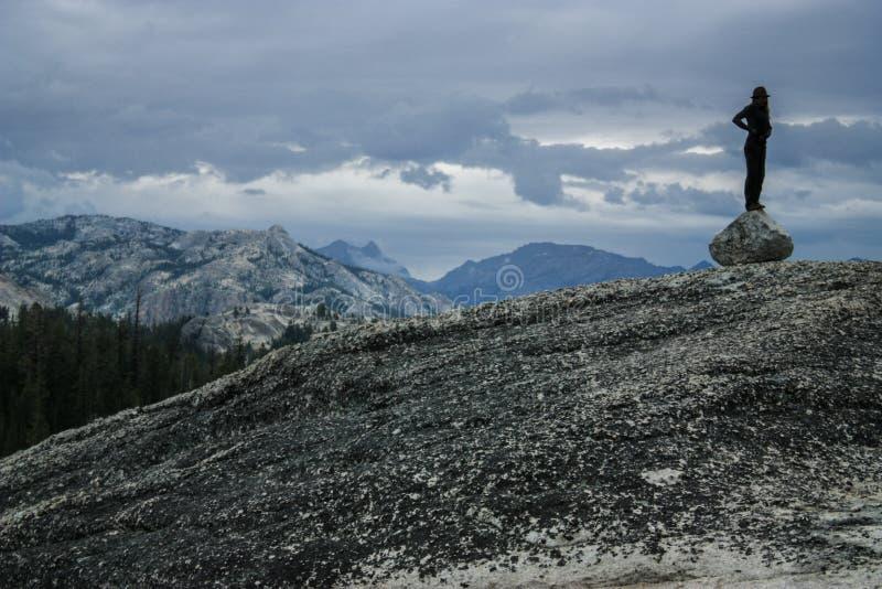 Osamotniona osoba patrzeje dla horyzontu na granitu bloku w Yosemite parku narodowym fotografia royalty free