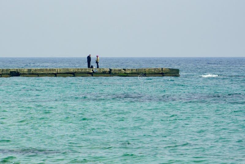 Osamotniona para małżeńska przy marina, panorama obrazy stock