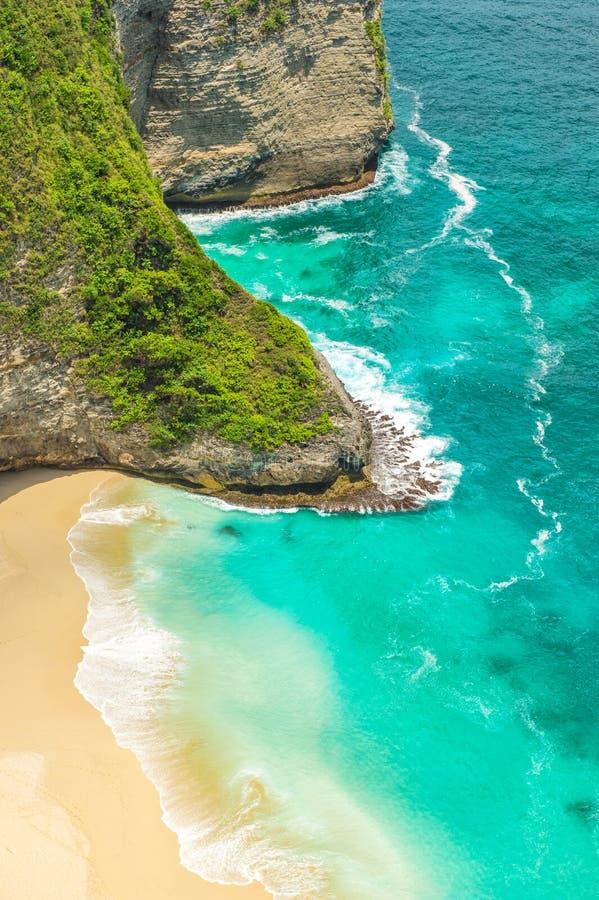 Osamotniona piasek plaża kołysa turkusowego błękita wodę morską obrazy royalty free
