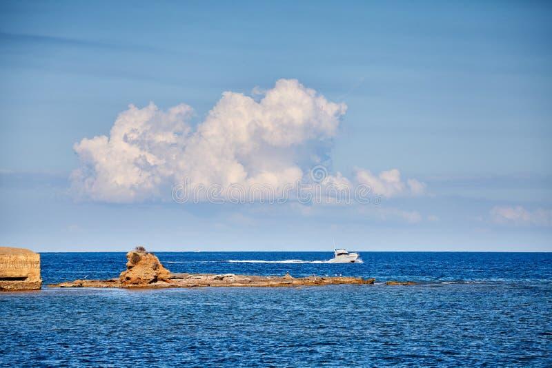 Osamotniona prędkości łódź na Mallorca wybrzeżu obrazy royalty free