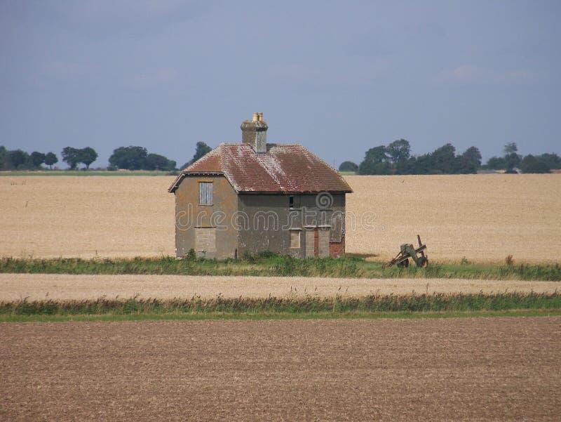 Osamotniona stajnia po środku rolnych poly fotografia royalty free