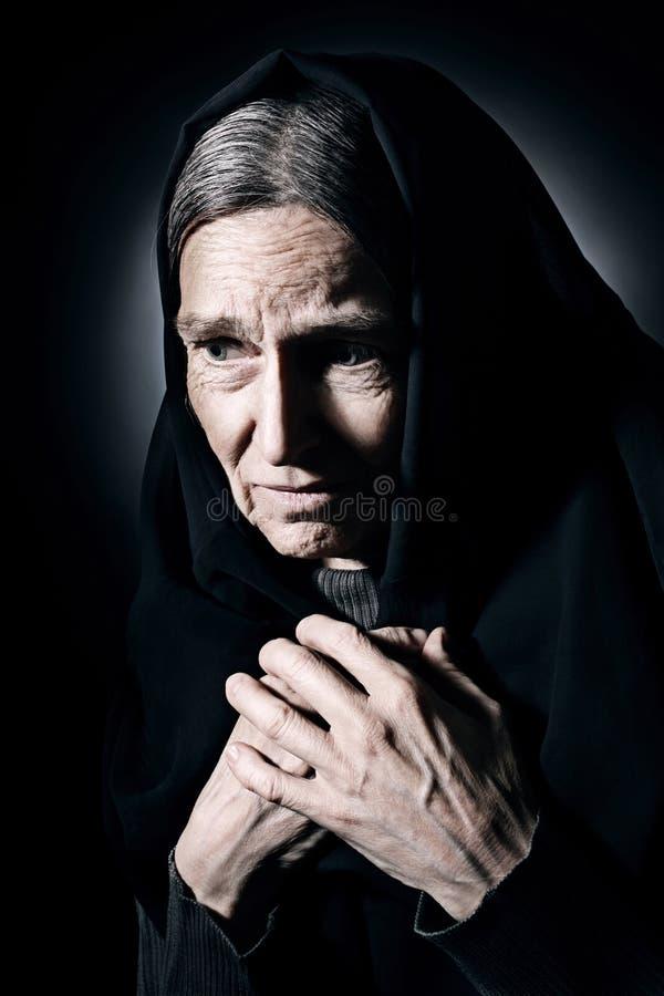 Osamotniona stara kobieta wewnątrz opłakuje i stroskanie zdjęcia royalty free