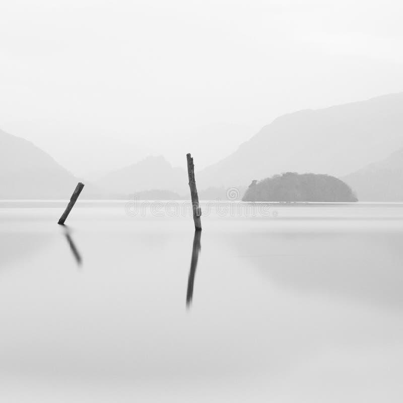 Osamotnione poczta w spokojnym wodnym jeziornym Derwent Nawadniają Jeziornego Gromadzkiego UK pokoju mindfulness spokojnego relak zdjęcia royalty free