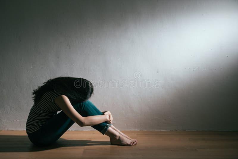 Osamotnionego rozpacza nastolatka spotkania żeński znęcać się obrazy stock