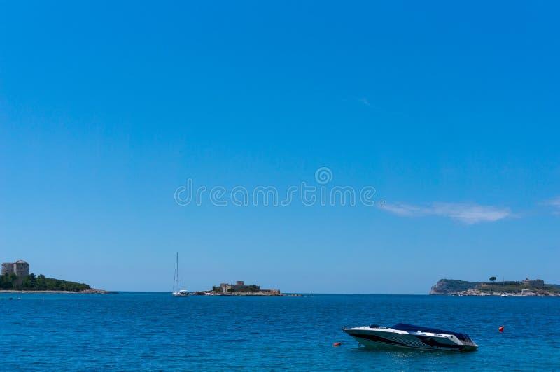 Osamotniony łódkowaty żeglowanie w zatoce Kotor, Montenegro Widok osamotniona łódź w tło górach zdjęcia royalty free