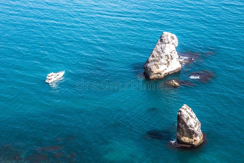 Osamotniony biały jacht między skalistą wyspą Czarny morze w Crimea republice obrazy royalty free