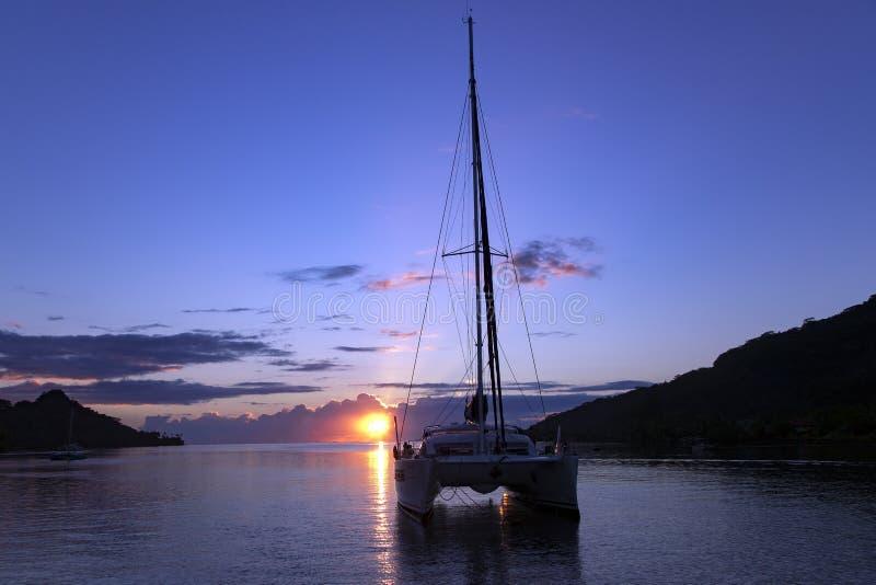 Osamotniony catamaran w spokojnej lagunie przy zmierzchem obrazy royalty free