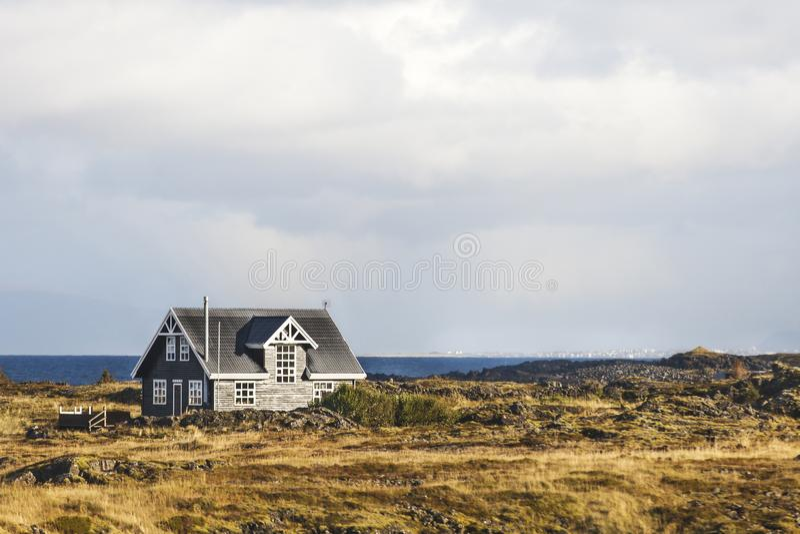 Osamotniony dom krajobrazem i morzem zdjęcie royalty free