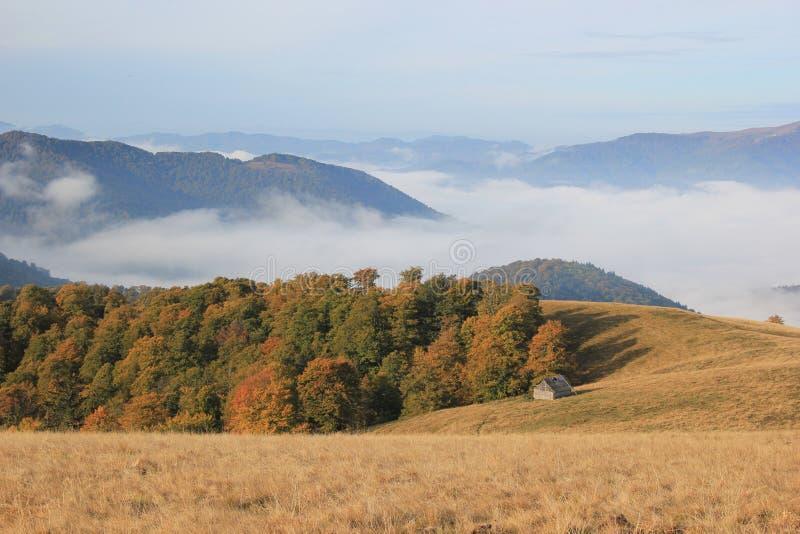 Osamotniony dom w górach, Carpathians zdjęcie royalty free